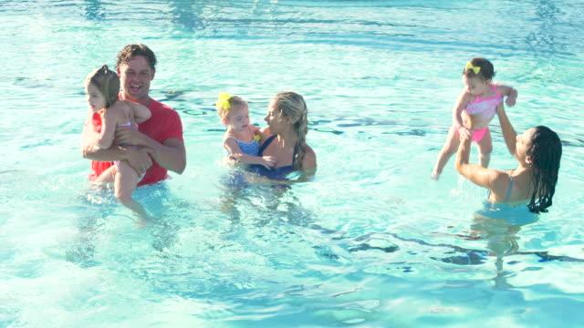 プールで遊ぶ2つの家族 - 生後18ヶ月から23ヶ月点の映像素材/bロール