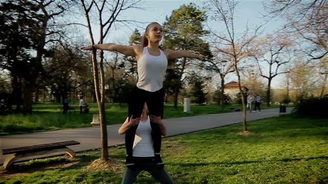 zwei weibliche akrobaten durchführen - akrobat stock-videos und b-roll-filmmaterial