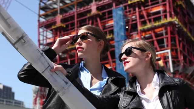 vídeos de stock e filmes b-roll de ms two female architects working and discussing at site / new york city, new york, united states - arquiteta