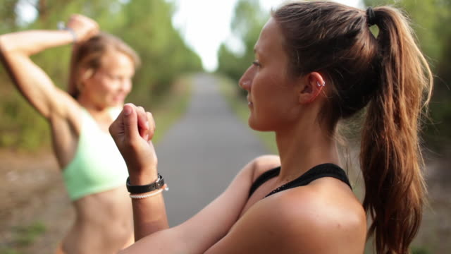 vidéos et rushes de two female athletes stretching in the forest in the south of france. - joggeuse