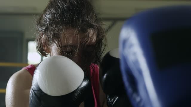 Beiden Boxerinnen Boxen in den Boxring