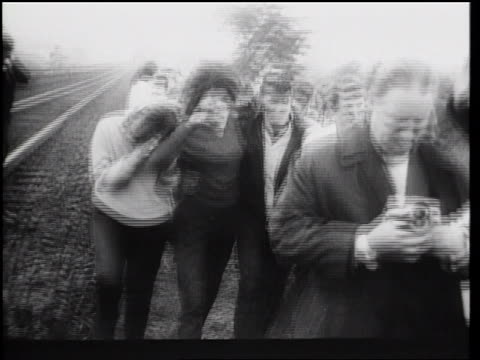 stockvideo's en b-roll-footage met b/w 1961 two female defectors from east berlin walking with group of men after escape / germany - ontsnappen