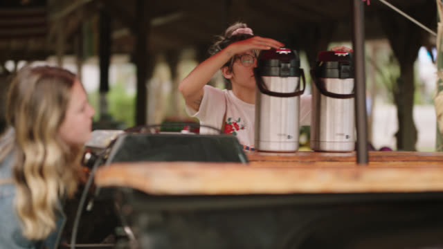 vidéos et rushes de two female entrepreneurs set up their mobile coffee truck - authenticité