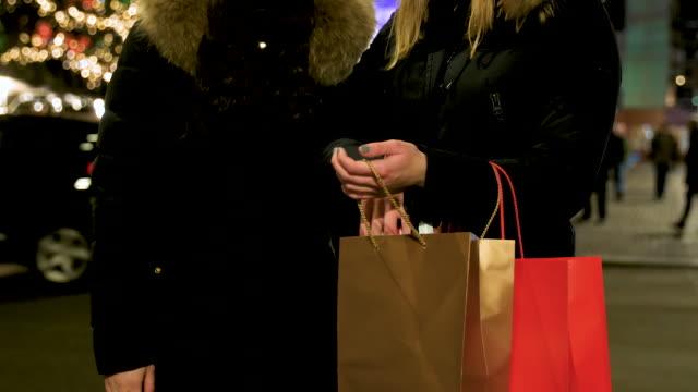 zwei freundinnen weihnachts-shopping - lesbe lesben stock-videos und b-roll-filmmaterial