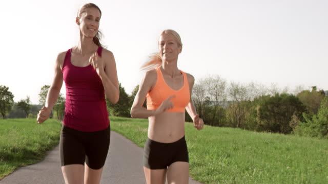 vidéos et rushes de slo missouri ts deux femmes amis, profiter de leur course - 40 44 ans