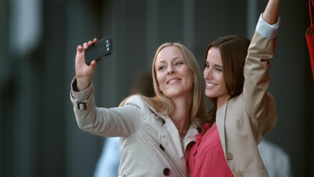 SLO MO zwei Freundinnen, die shopping-selfies