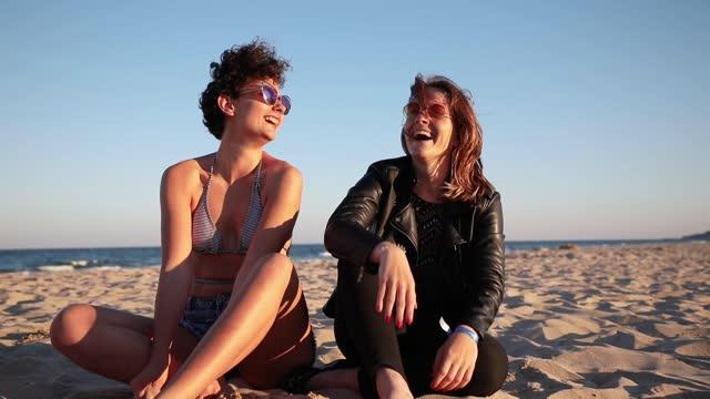 zwei freundinnen posieren am strand - girlfriend stock-videos und b-roll-filmmaterial