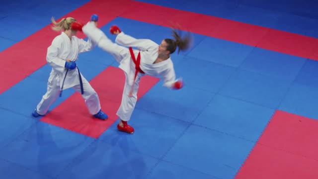 vídeos de stock, filmes e b-roll de karate duas fêmeas em uma luta no tatami - karate