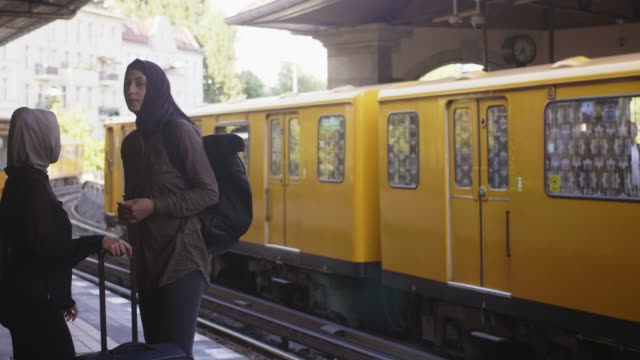 vídeos de stock, filmes e b-roll de dois amigos muçulmanos femininos, descobrindo a cidade (câmera lenta) - vestuário modesto