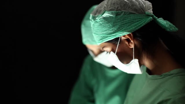 vídeos de stock e filmes b-roll de cu zo two female surgeons operating / brussels, belgium - bata cirúrgica