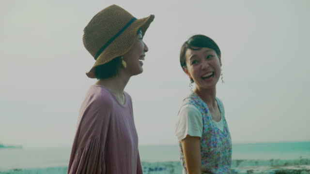 two female walking - 朗らか点の映像素材/bロール