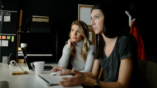 Zwei weibliche Webdesigner