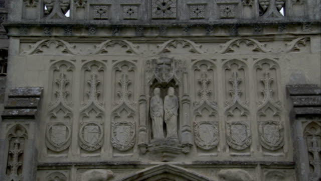 two figurines fill an apse on the exterior of the church of st. peter and st. paul. available in hd. - lavenham stock-videos und b-roll-filmmaterial