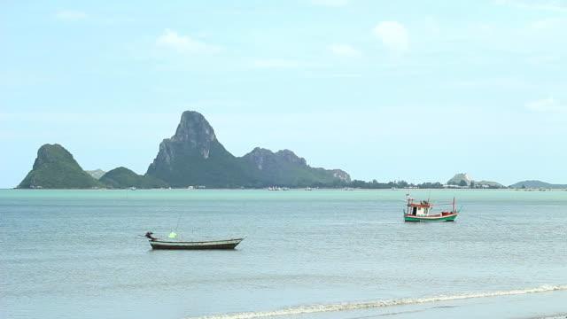 Due Barca da pesca galleggianti sull'acqua.