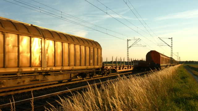 vídeos de stock e filmes b-roll de two freight trains passing each other in opposite directions - dois objetos
