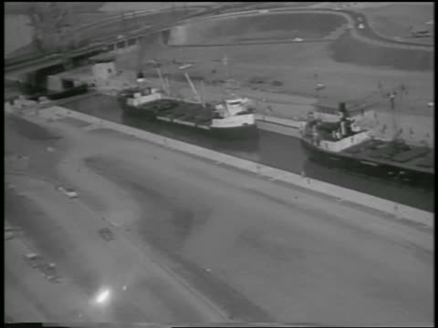 aerial two freighters in lock of st lawrence seaway / canada / newsreel - lago superiore video stock e b–roll