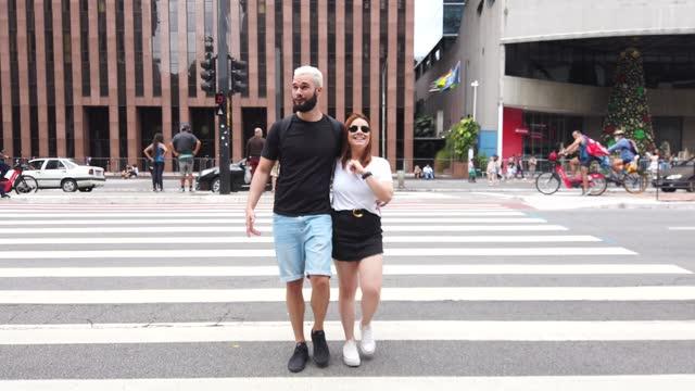 due amici a paulista avenue, san paolo, brasile. - pedone ruolo dell'uomo video stock e b–roll