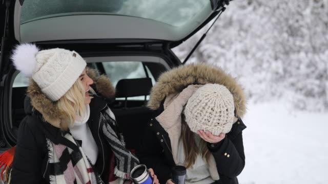 zwei freunde genießen verschneiten wintertag - wintermantel stock-videos und b-roll-filmmaterial