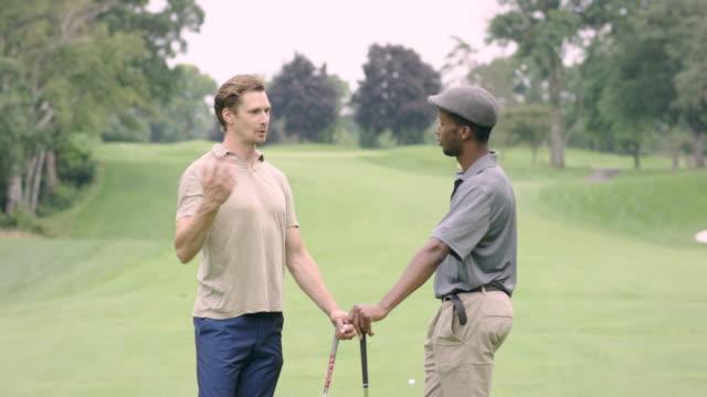 vidéos et rushes de deux amis de golf et de parler - terrain de golf