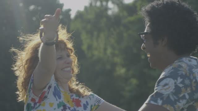 two friends hug - 挨拶点の映像素材/bロール