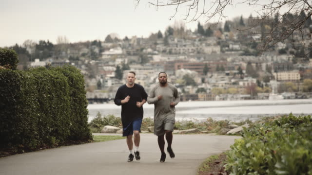 vidéos et rushes de two friends jogging together - amitié masculine
