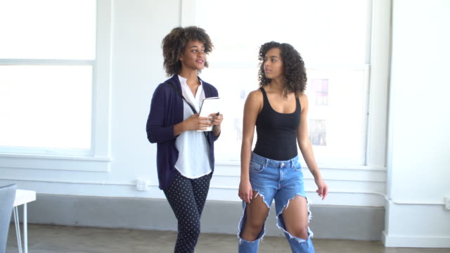 zwei freunde suchen im loft tag der offenen tür - gelockt stock-videos und b-roll-filmmaterial