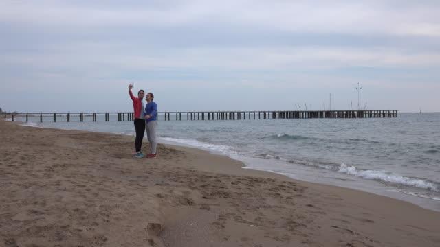 vídeos de stock, filmes e b-roll de dois amigos na praia em - homossexualidade