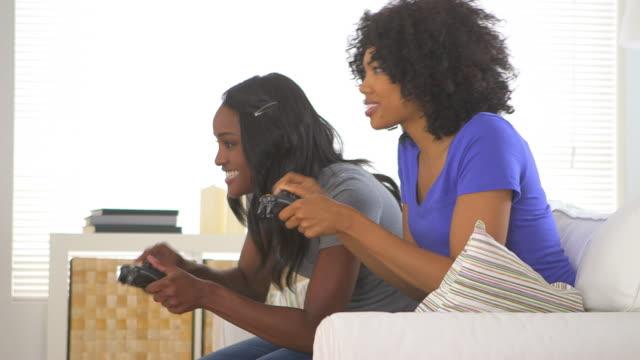 two friends playing video games together - 映像技法点の映像素材/bロール