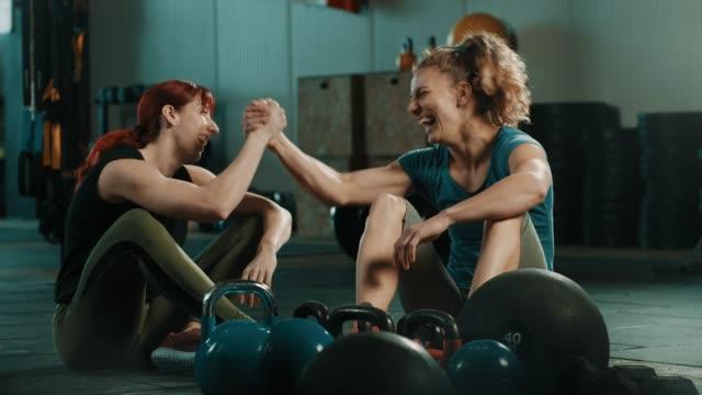 Zwei Freunde Rast- und sprechen nach dem training