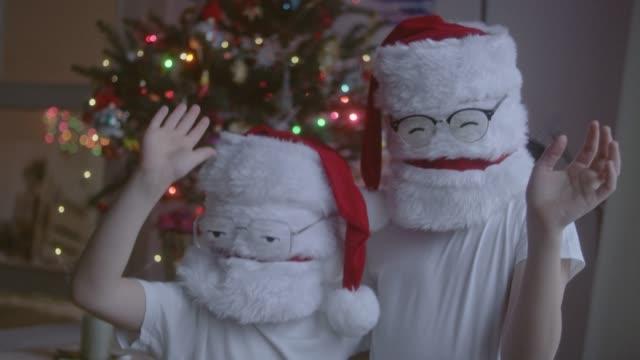 vidéos et rushes de deux drôle noël santas dans lunettes - se déguiser