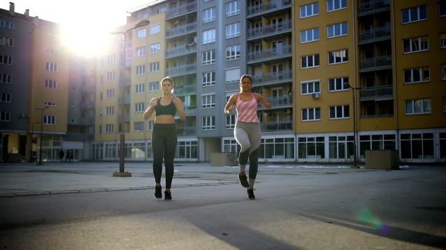 Zwei Freundinnen Übungen zusammen