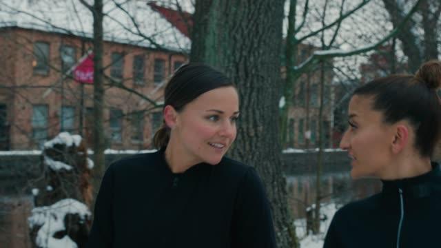 stockvideo's en b-roll-footage met twee vriendinnen joggen in sportkleding - peter snow