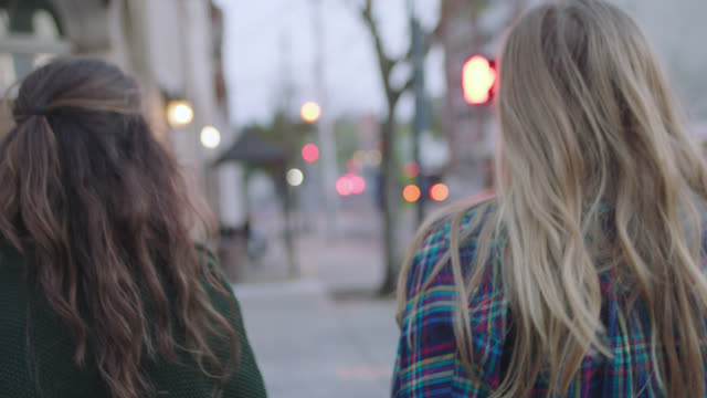 vídeos y material grabado en eventos de stock de ms slo mo. two girls cross city street and walk up to local coffee shop in hip downtown neighborhood. - dos personas