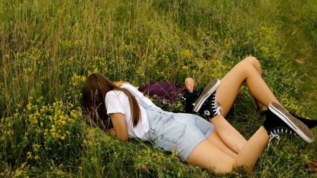 due ragazze si divertono all'aperto, sull'erba nella natura - human face video stock e b–roll