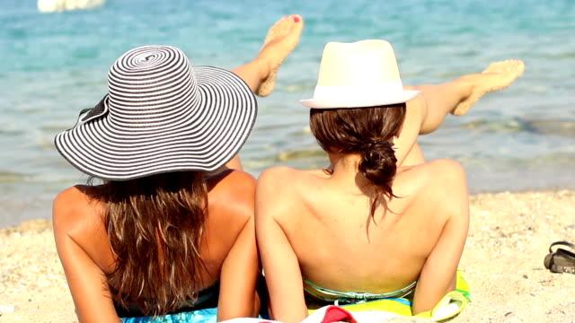 due ragazze godendo la spiaggia - rievocazione video stock e b–roll