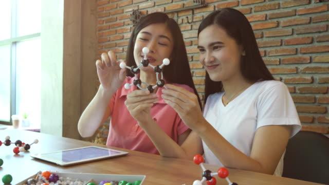 二人の女の子が化学テーマに関する学習 - chemistry点の映像素材/bロール