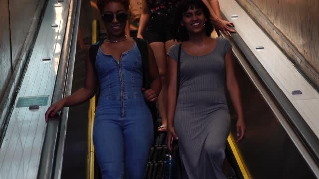 vídeos de stock, filmes e b-roll de duas meninas na escada rolante no metro - trem do metrô