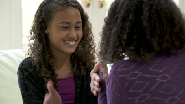 vídeos de stock e filmes b-roll de two girls playing hand games. - jogo do galo