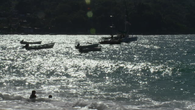 ws two girls playing in sea / yelapa, jalisco, mexico - gemeinsam gehen stock-videos und b-roll-filmmaterial