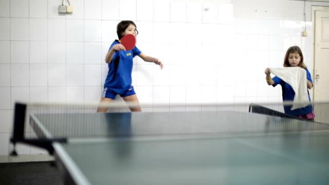 vidéos et rushes de deux jeunes filles jouant au tennis de table - pratique