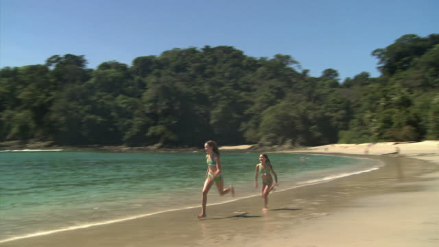two girls running on the beach - andere clips dieser aufnahmen anzeigen 1157 stock-videos und b-roll-filmmaterial