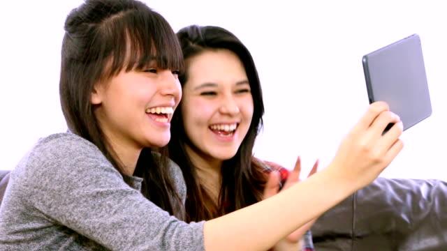 vídeos de stock e filmes b-roll de duas meninas, skype.webcam-vídeo stock - meninas adolescentes