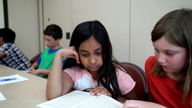 vidéos et rushes de deux filles de sourire et travailler ensemble  - réconciliation