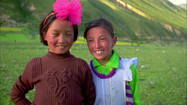 two girls smile into camera, himalayas available in hd. - kosmetisches stirnband stock-videos und b-roll-filmmaterial