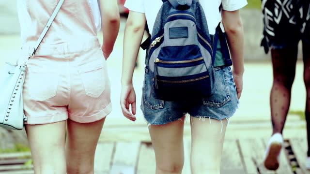 Deux filles marchant dans la rue, le mouvement lent
