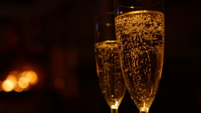 vídeos de stock, filmes e b-roll de duas taças de champanhe - flute de champanha