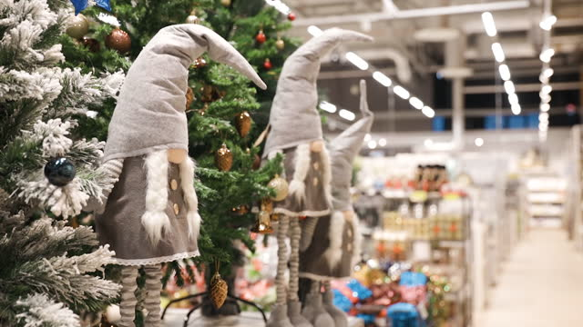 vídeos de stock e filmes b-roll de two grey christmas dwarf toys for christmas decoration in shop - arvore de natal