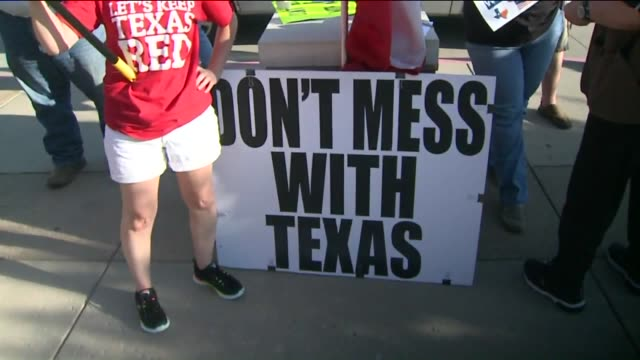 vidéos et rushes de kdaf two groups of demonstrators one supporting and the other protesting the police faced off on june 12 2015 in mckinney texas one group waved... - drapeau des confédérés