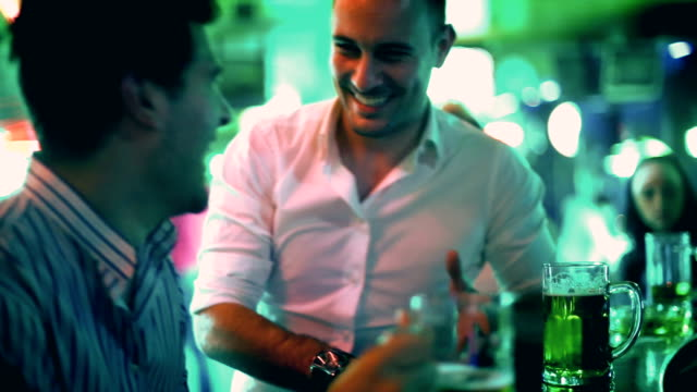 due ragazzi che si diverte in un bar e bere birra. - bar video stock e b–roll