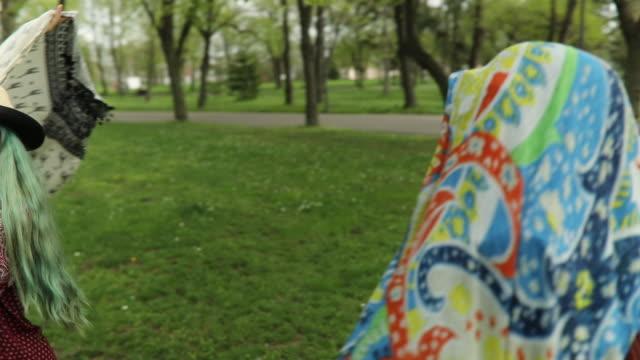 vídeos de stock, filmes e b-roll de duas garotas de boho feliz se divertindo - cabelo verde